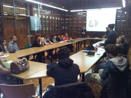 Fotografia del taller de debat organitzat per membres de l'ADUB a l'aula Ramon y Cajal